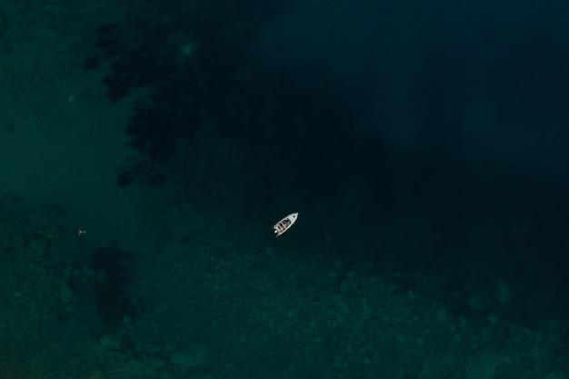 アルバニアのヨットターコイズアドリア海の上の空中トップネイチャービュードローン。マリンパノラマビュー
