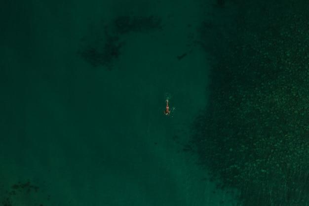 空中トップネイチャービューグリーンターコイズトラシアン海ギリシャエラダ。美しい若い女性のビキニ