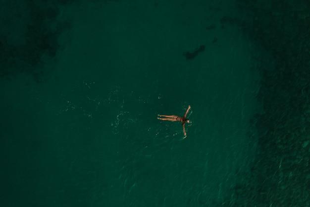 空中トップネイチャービュートラキア海ギリシャエラダ。美しい若い女性のビキニ水泳