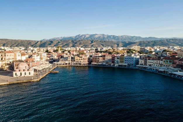 Вид сверху с высоты птичьего полета на город ханья, остров крит, греция.