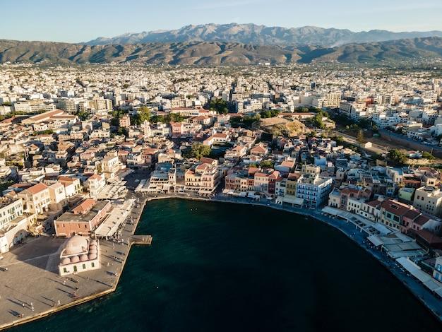 Вид сверху с дрона на город ханья на острове крит