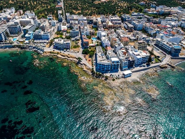 Воздушный вид сверху дроном критского пейзажа с морем.