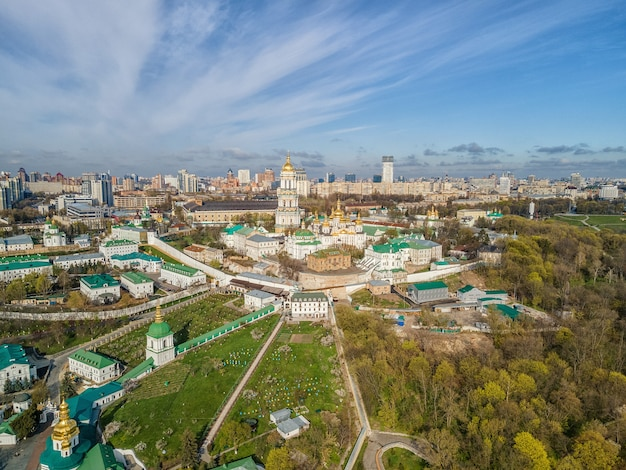 Вид сверху дроном киево-печерской лавры или киево-печерского монастыря в киеве, украина.