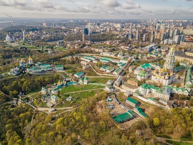 우크라이나 키예프에 있는 키예프 페체르시크 라브라(kiev pechersk lavra) 또는 동굴의 키예프 수도원(kiev monastery of the caves)의 무인 항공기에 의한 공중 평면도.