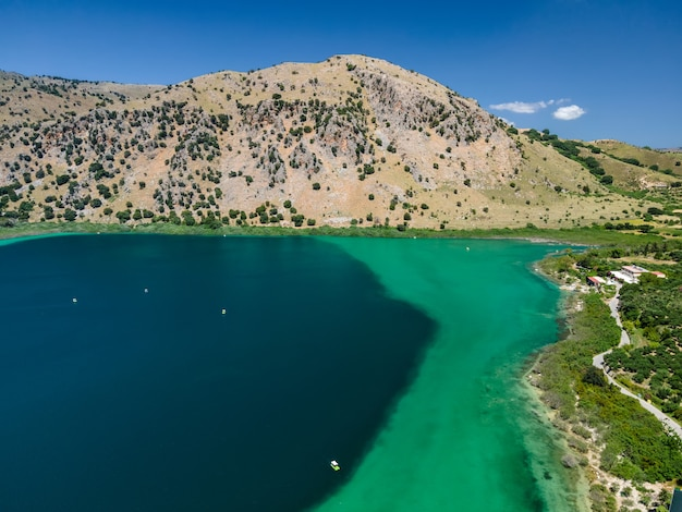 Аэрофотоснимок озера курнас на острове крит с дронов