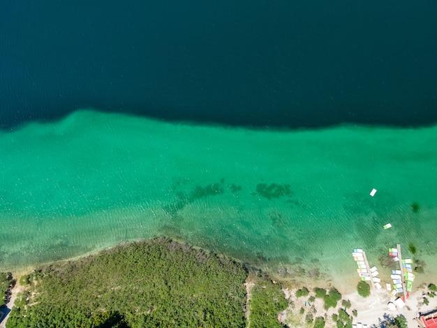 Вид сверху на озеро курнас на острове крит с дронов