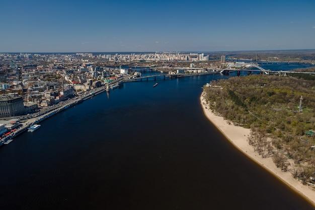 キエフの街並みとキエフ市ウクライナのドニエプル川のドローンによる空中上面図