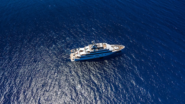 Вид сверху с высоты птичьего полета на роскошной яхте в море.