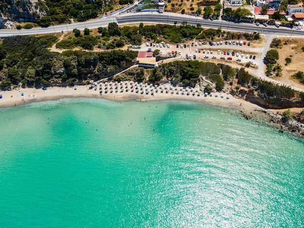 Вид сверху с беспилотного летательного аппарата на тропический пляж вулизма на крите, греция