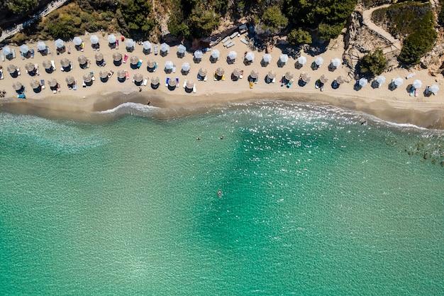 Аэрофотоснимок с дрона тропического пляжа вулисмы