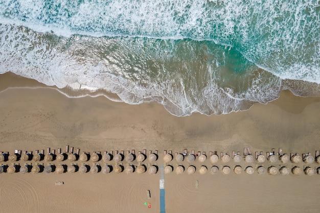 Вид сверху с воздуха на тропический пляж фаласарна на крите, греция.