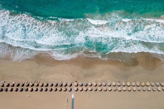 Вид сверху с беспилотного летательного аппарата на тропический пляж фаласарна на крите
