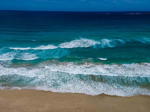 Вид сверху с дрона на тропический пляж фаласарна на крите