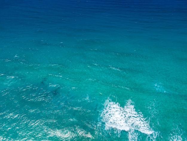 Вид сверху с высоты птичьего полета на бирюзовую поверхность моря