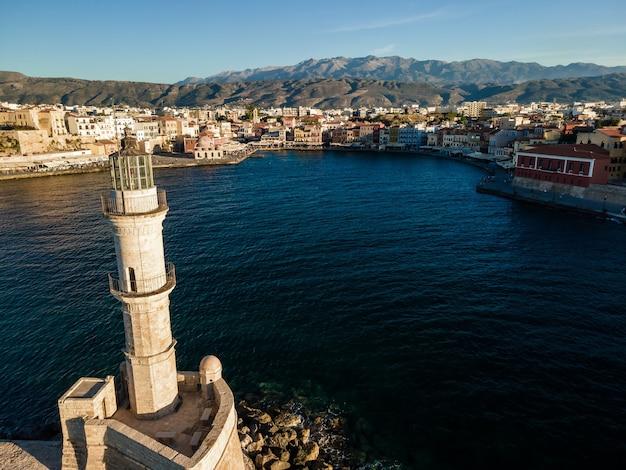 Вид сверху с воздуха на венецианский маяк старого порта ханьи