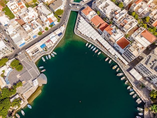 ギリシャのアギオスニコラオス市にあるvoulismeni湖のドローンによる空中上面図