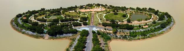 ハート型の島(ホーリーハートランドタライルアン)またはシーグラスフィールド、洪水制御プロジェクト、タイ、スコータイのトゥンタライルアンにあるケムリン貯水池の空中上面写真クローズアップパノラマ