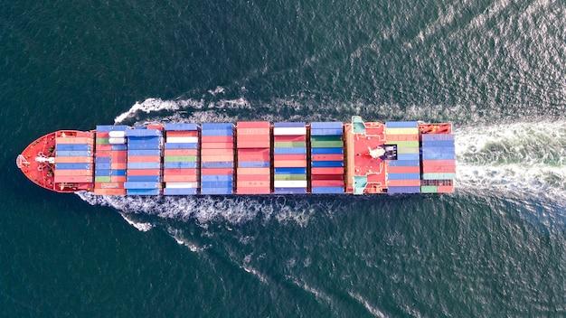 Воздушный контейнерный грузовой корабль с видом сверху, импорт-экспорт, логистический бизнес