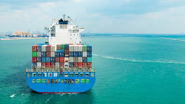 空中のトップビューコンテナー船。ビジネス物流輸送海上貨物、貨物船、世界中の輸出入のための工業団地の工場港の貨物コンテナ、貿易港