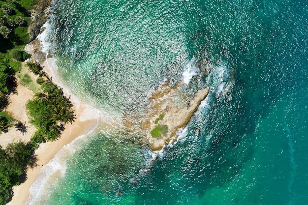 공중 상위 뷰 푸 켓 바다에서 해변 바위의 아래로 무인 항공기 카메라 상단 아름 다운 바다 경치에 바다 파도 공중 보기 무인 항공기 바다 표면 바다 파도에 대 한 빈 돌 바위 절벽 충돌입니다.