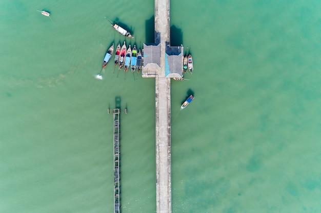 Воздушный взгляд сверху трутня снял моста с рыболовом шлюпок длинного хвоста в сезоне лета.
