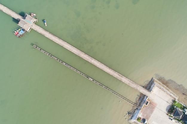 바다 이미지 교통 배경 개념 및 여행 디자인에 있는 작은 다리의 공중 탑 뷰 드론 샷.