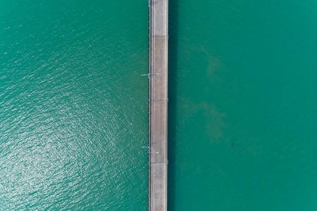 海の小さな橋の空中上面図ドローンショット