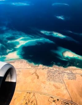 飛行機の海岸線エジプトの無人島からの空中上面図。紅海シャルムアルシェイクエジプト