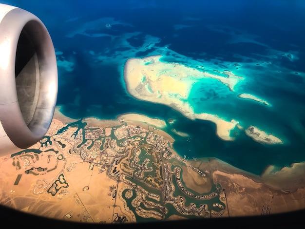 Вид сверху с самолета береговой линии необитаемых островов египта. красное море шарм-эль-шейх египет