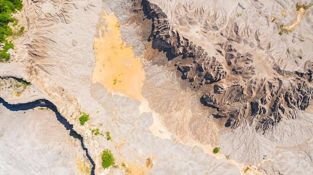 Вид сверху с воздуха, поверхность земли, слева от воды