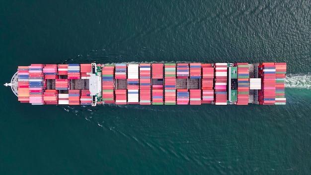 Большой контейнеровоз с высоты птичьего полета, перевозящий грузы на импорт и экспорт для логистического бизнеса