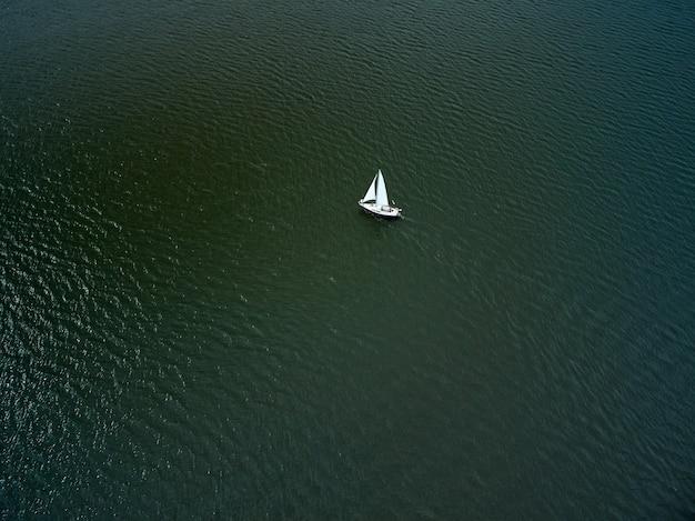 호수에서 항해하는 보트의 공중 평면도