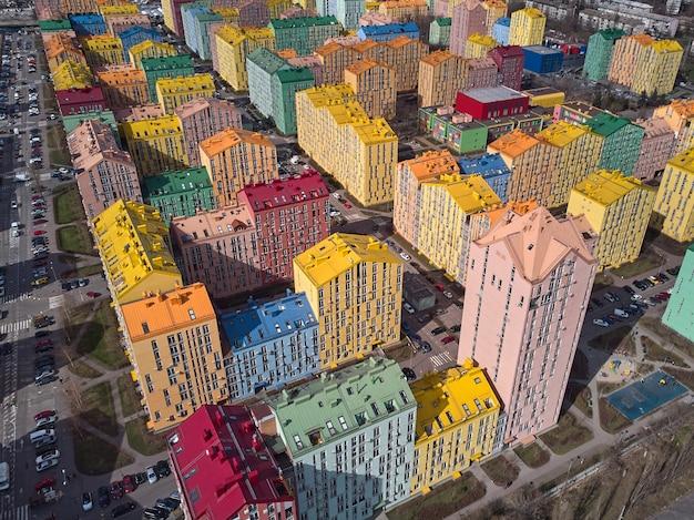 Вид сверху на дрон в красочном современном городе