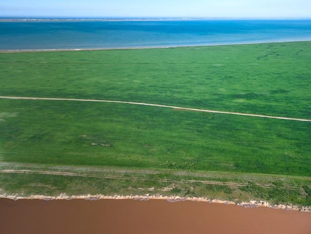 Вид сверху с воздуха на розовое соленое озеро. азов украина