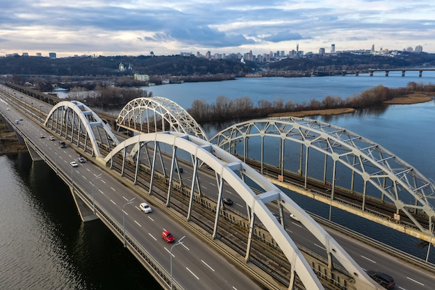 キエフ市のスカイライン、ドニエプル川を渡る自動車と鉄道のダルニツキー橋の空中上面図