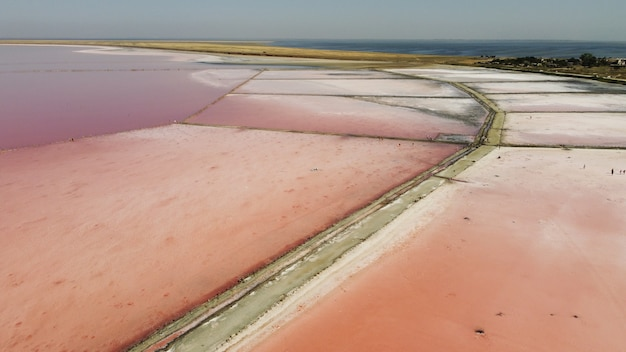 Вид сверху с воздуха на красивое соленое озеро с розовой водой. вид на розовое озеро с летающего дрона. фотография с дрона с вертолета сверху. пейзаж с дроном