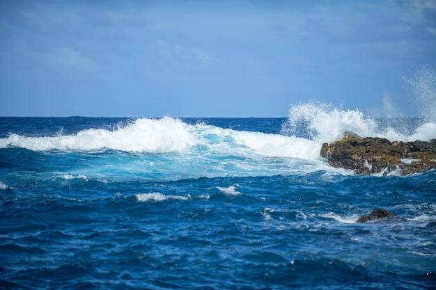 아름다운 바다 파도와 바위 해안의 공중 꼭대기 전망은 자연에 대한 고요함의 개념입니다.