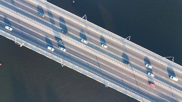 上から多くの車の橋の道路の自動車交通の空中上面図、都市交通の概念