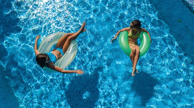 위에서 수영장에서 어린이의 공중 평면도