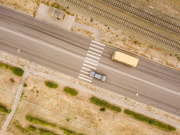 Воздушный вид сверху пешеходного перехода на сельской дороге быстрая скорость f