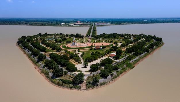 タイ、スコータイのthung talayluangにある、ハート型の島(the holy heart land talayluang)、洪水調節プロジェクト、昼間のkaem ling(サルの頬)貯水池の空中上面図