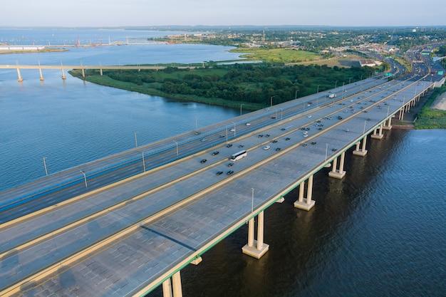 Вид сверху на огромную сложную транспортную развязку у автомобилей, проезжающих по мосту альфреда э. дрисколла