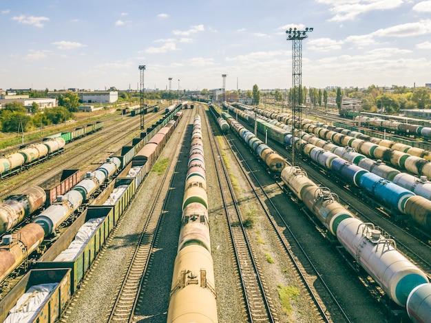 Воздушный вид сверху грузовых поездов на железнодорожных путях f