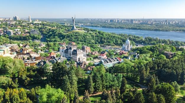 Воздушный вид сверху города киева сверху, киевский горизонт и днепр, город весной, украина