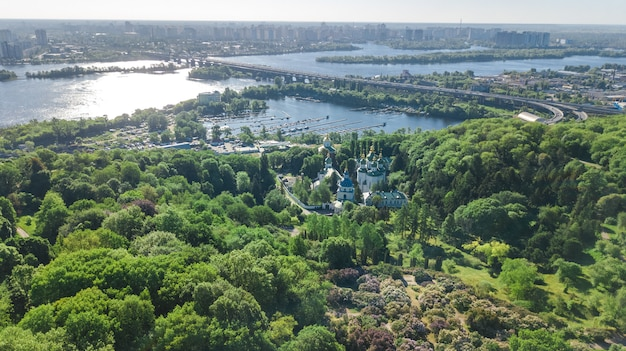 上からキエフ市、キエフのスカイライン、春、ウクライナのドニエプル川の街並みの空中のトップビュー