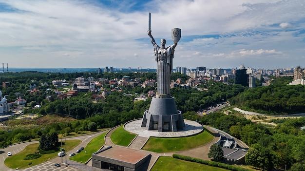 Воздушный вид сверху киевская статуя родины памятник на холмах сверху и городской пейзаж, город киев, украина