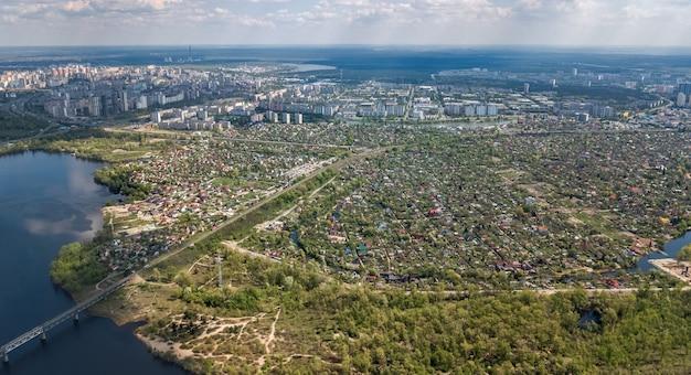 Вид сверху на городской пейзаж и парки киева, реку днепр, остров тручанов и мосты сверху, горизонт киева, украина