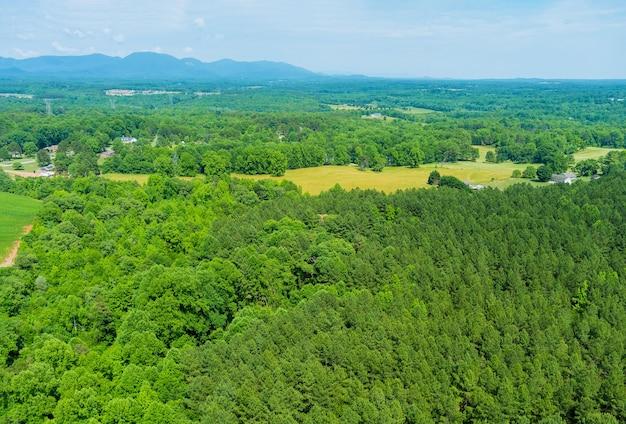 カンポベッロの町の山の上から緑豊かな木の森の空中上面図