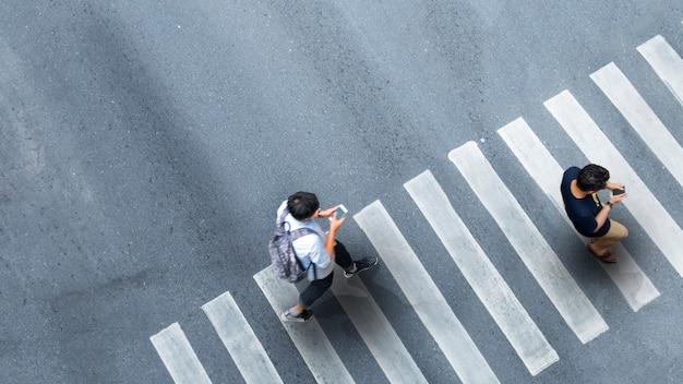 도시에서 걷는 스마트 폰으로 남자의 공중 평면도