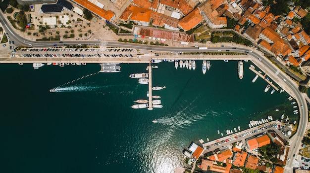 Вид сверху на старый город котор и бока-которский залив на адриатическом море летом.